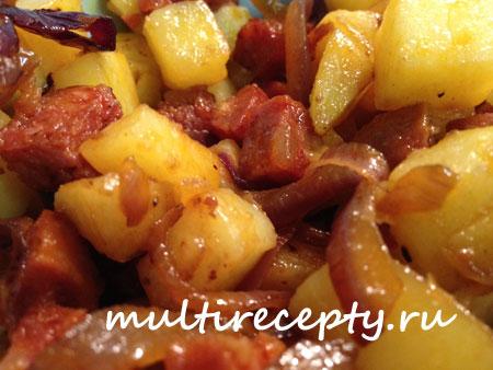 Жареная картошка в мультиварке с копчеными колбасками