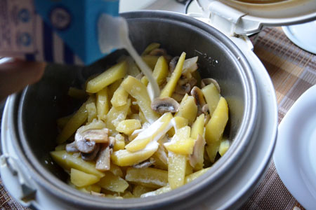 Добавить в мультиварку картофельи перемешать в грибами и луком