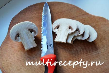 Порезать подготовленные для жарки грибы на несколько частей