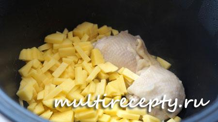 Мелко нарезанный картофель добавляем в чашу мультиварки