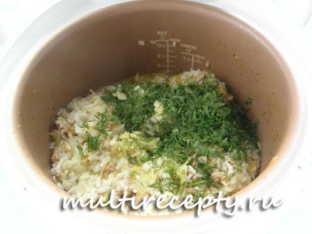 Укроп и чеснок, добавленные в конце варки, сделают ленивые голубцы более вкусными и ароматными