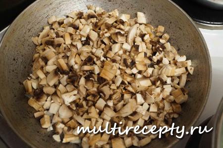 Грибы для гратена подготовить и поместить в чашу мультиварки