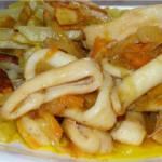 Кальмары с картошкой и чечевицей