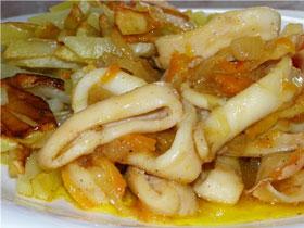 Kalmary-tushennye-s-kartofelem-i-pomidorami