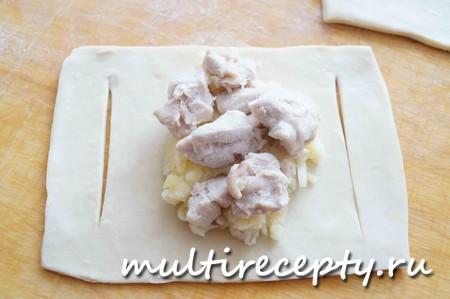 Выложить на тесто начинку из картошки и курицы