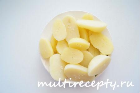 Подавать картофель с солью и сметаной