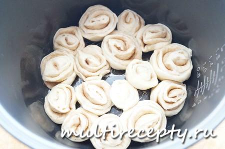 Смазать дно чаши мультиварки маслом и выложить булочки