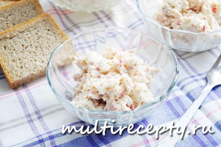Салат с курицей, сыром и крабовыми палочками в мультиварке